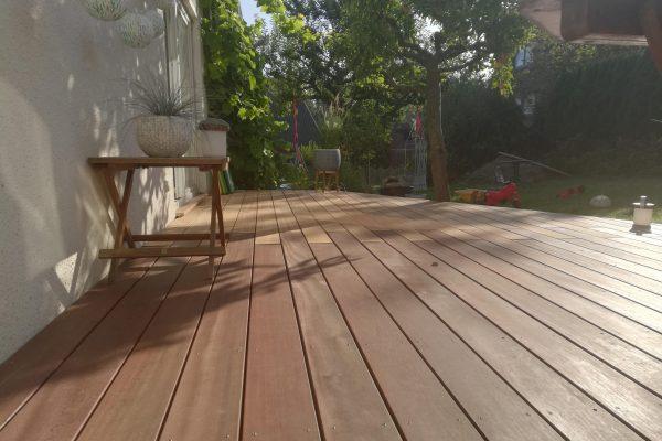 Eine Terrasse aus Holz im Sommerlicht