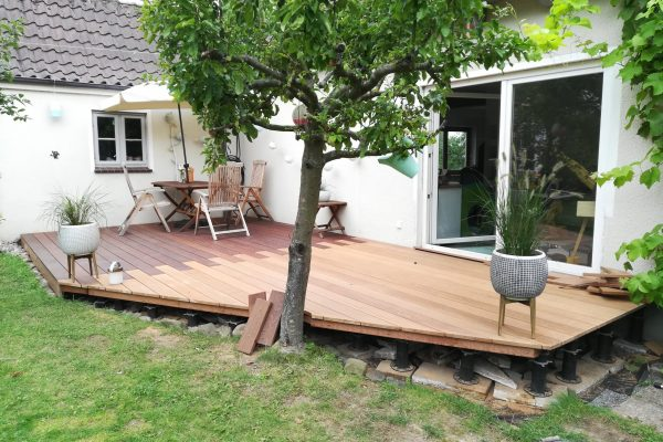 Eine Holzterrasse ohne vollständige Verschalung
